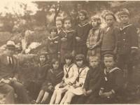 učitelj Anton Andričević sa učenicima - Viganj tridesetih